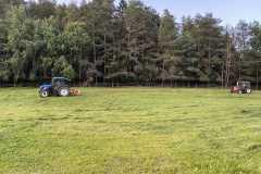Bauernhof - Traktoren beim Heu mähen