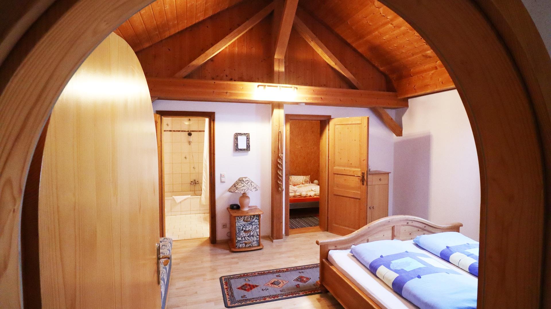 Reiterhof Ferienwohnung Lusitano - Blick ins Schlafzimmer, Kinderzimmer und Bad